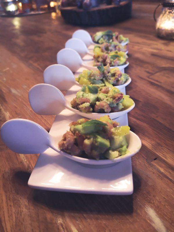 Hapje met garnalen, avocado, mango, limoen en munt!