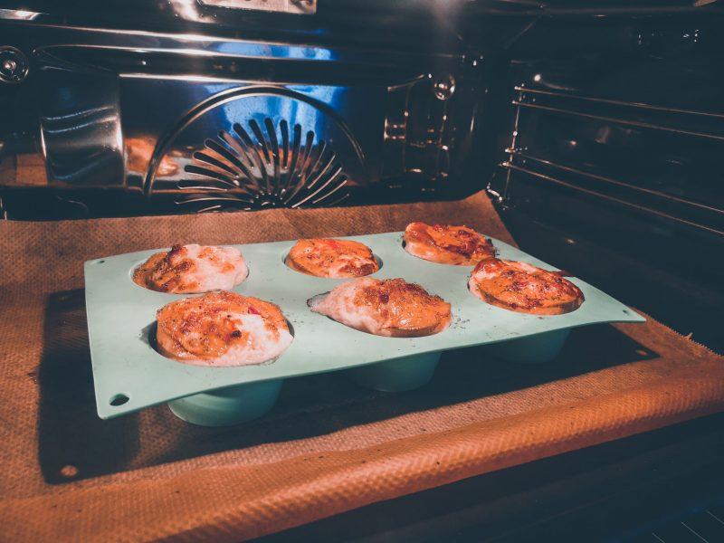 Hartige eiermuffins met spek, tomaat en kaas!